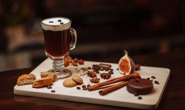 Irish Coffee, kawa po irlandzku: przepis, proporcje, jak zrobić?