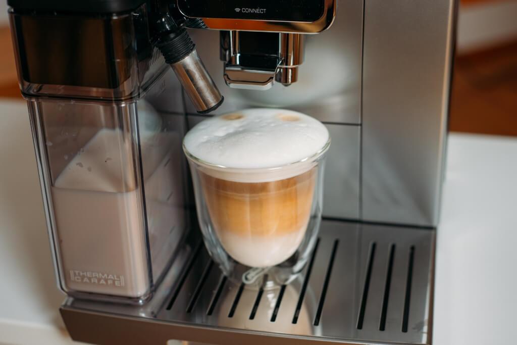 kawa latte w De'Longhi Dinamica Plus ECAM 370 95 S.jpg