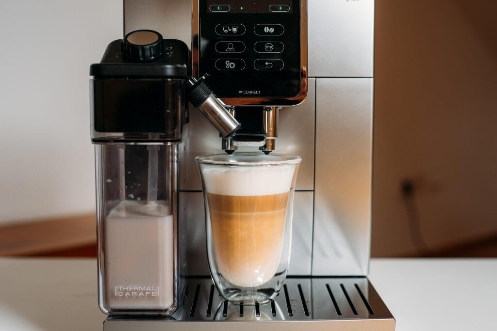 kawa z mlekiem i pianką z ekspresu De'Longhi Dinamica Plus ECAM 370 95 S.jpg