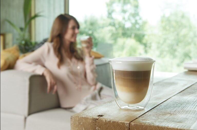 idealna-kawa-z-ekspresu-z-mlynkiem-i-pojemnikiem-na-mleko