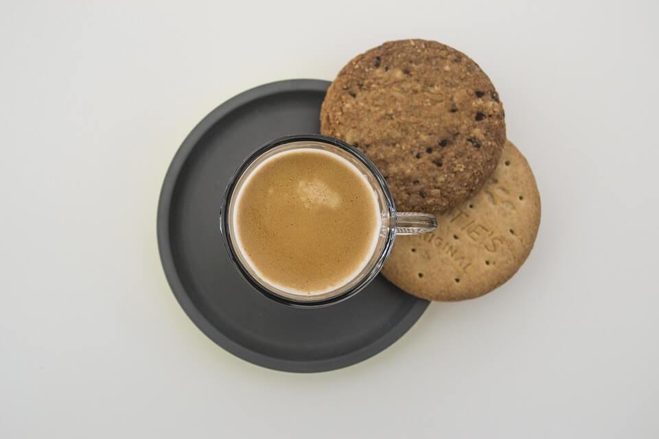 Kawa bezkofeinowa: czy jest zdrowa, jak powstaje, właściwości