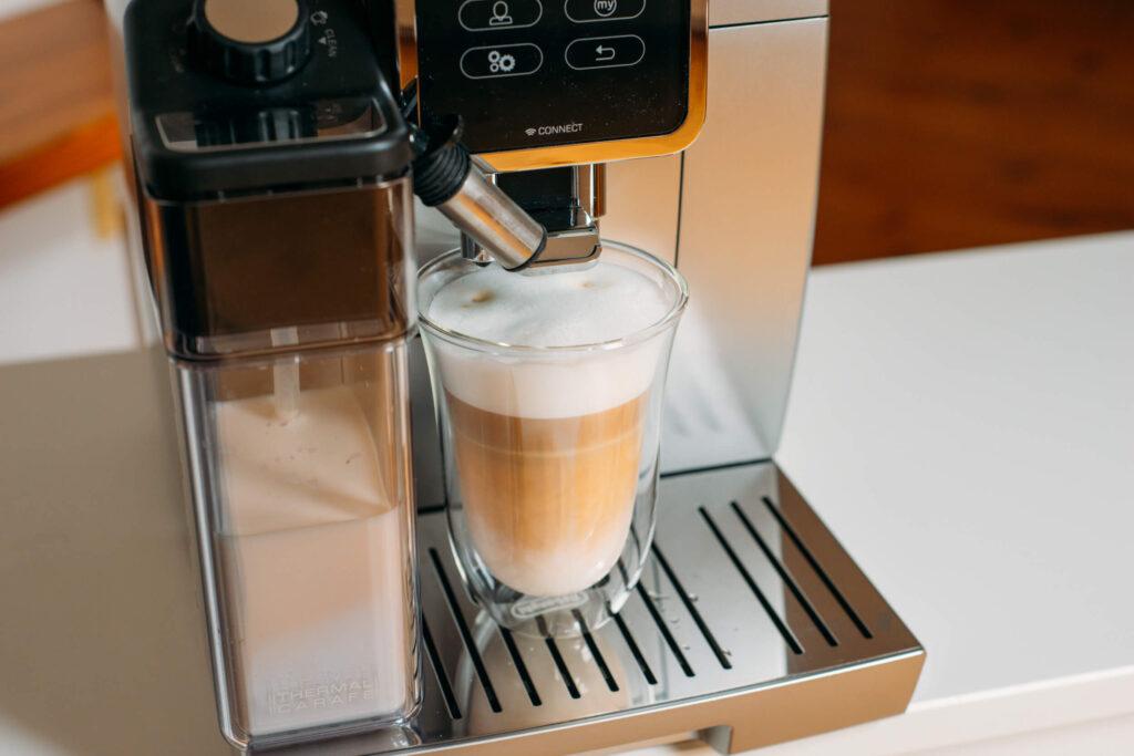 kawa latte z ekspresu De'Longhi Dinamica