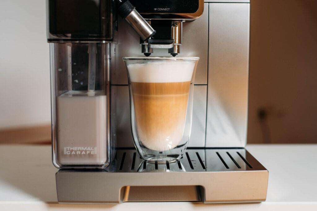 kawa latte z ekspresu De'Longhi Dinamica Plus
