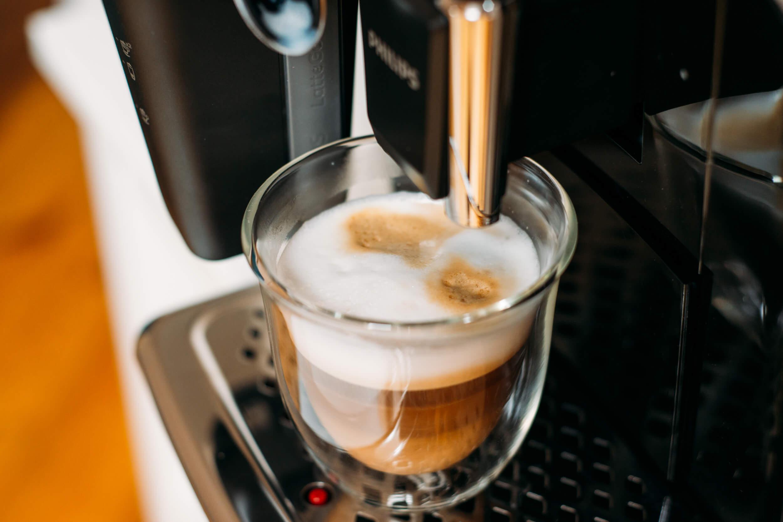 kawa latte z ekspresu automatycznego