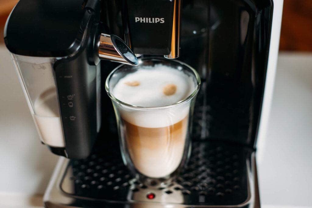 kawa mleczna latte z ekspresu Philips LatteGo 5400